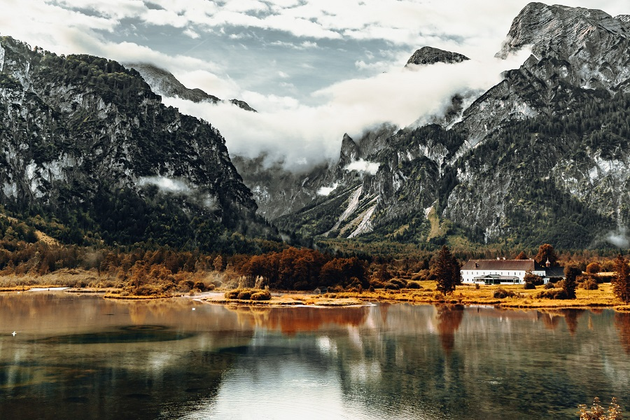 https://www.ipomehotels.com/wp-content/uploads/2020/03/Laghi-in-Austria-by-Photo-by-Daniel-J.-Schwarz-on-Unsplash.jpg
