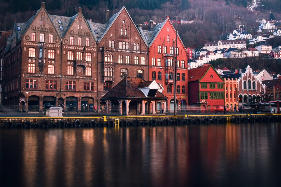 https://www.ipomehotels.com/wp-content/uploads/2020/04/Bergen-Norvegia-Scandinavia-by-Photo-by-Lachlan-Gowen-on-Unsplash.jpg