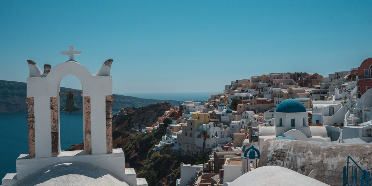 https://www.ipomehotels.com/wp-content/uploads/2020/12/Oia-Photo-by-Gontran-Isnarda-on-unsplash-1280x640.jpg